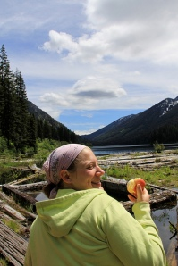 Lisa with apple in front of mountains